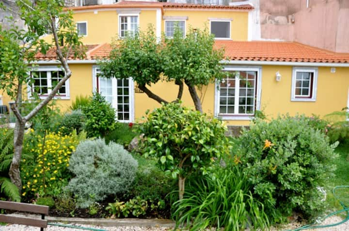 Cozy Vila Flat w/Gorgeous Private Garden
