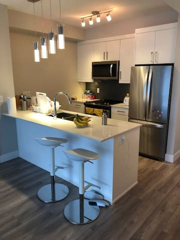 Brand new Apartment, 10 M drive to Skytrain
