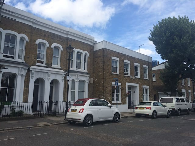 Lovely three bedroom house, Bow, East London - London - House