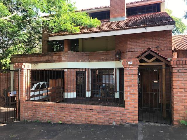 Habitaciones dobles con A/A,  quincho, cochera.