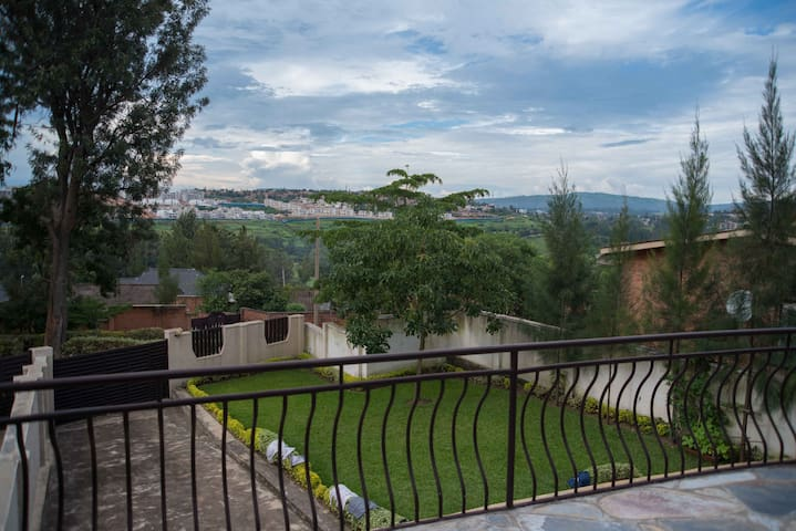Private, en-suite room in lovely Kacyiru home - Kigali