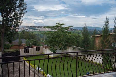 Private, en-suite room in lovely Kacyiru home - Kigali - House