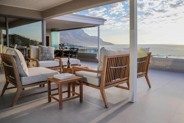 Sunny Luxurious Camps Bay Condo, Vast Sea Views