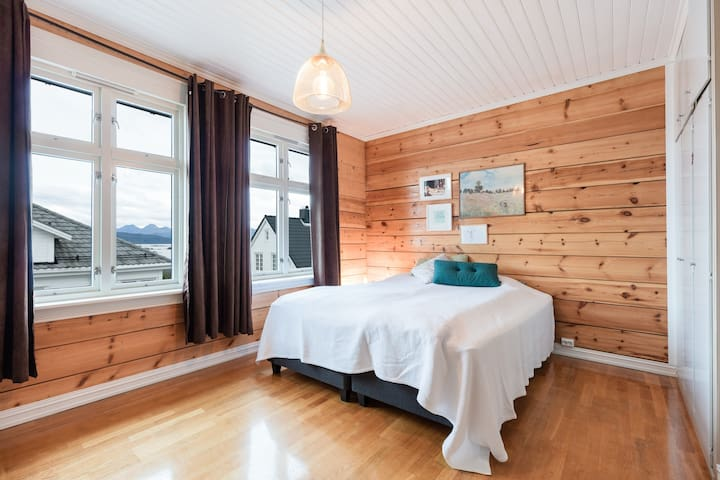 Lovely large wooden villa - Molde