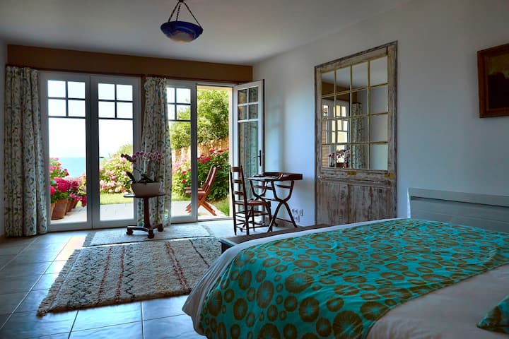 Pearly room with sea view