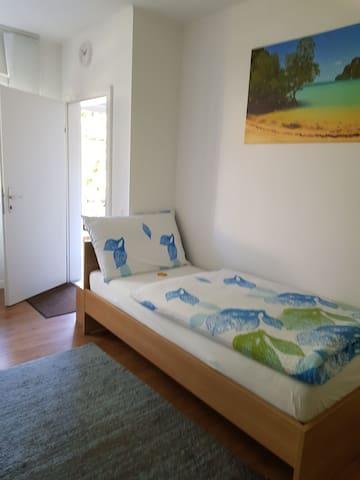 Sauberes nettes Einzelbettzimmer