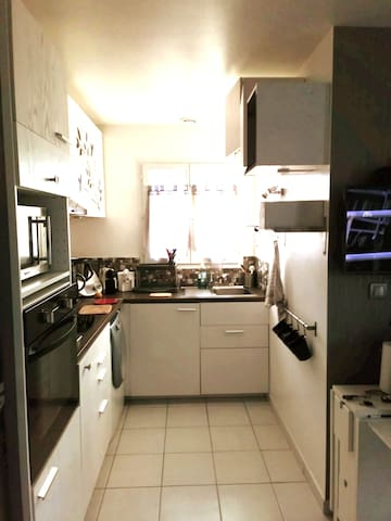 Coin cuisine, vous pouvez faire à manger. Vous avez le droit de vous servir de l'électroménager.