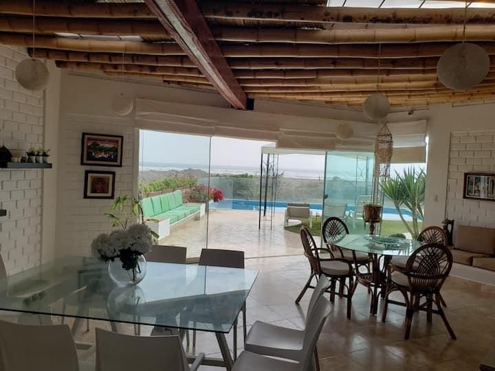 Dorm. Priv. en linda casa c/piscina frente al mar.