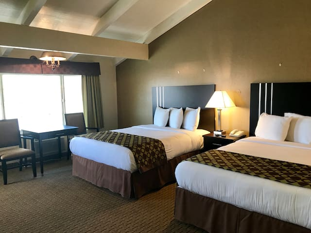 Private Room w/ Two Queen Beds Downtown Morro Bay!