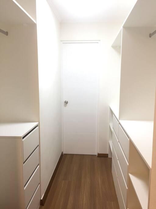 Walking closet frente a dormitorio