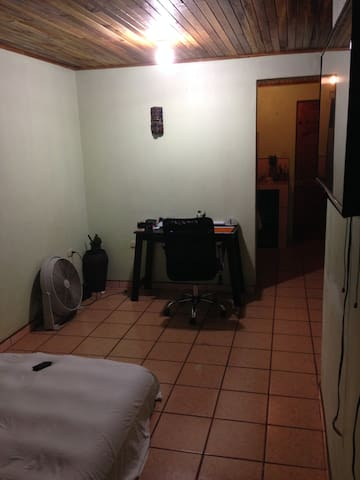 Private room 8 min from airport transport optional - Alajuela Province - Appartement