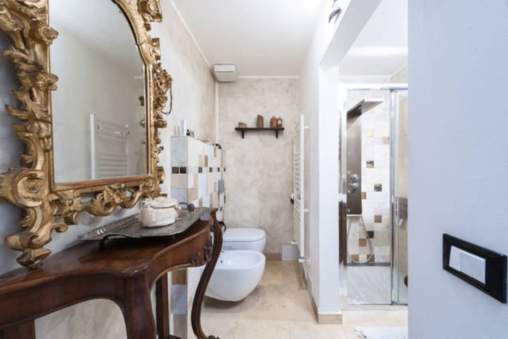 The big bathroom with hydromassage shower and sitting-Il grande bagno
