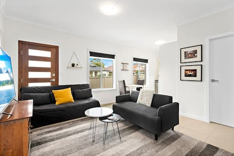 New granny flat; outdoor space; 10mins to airport