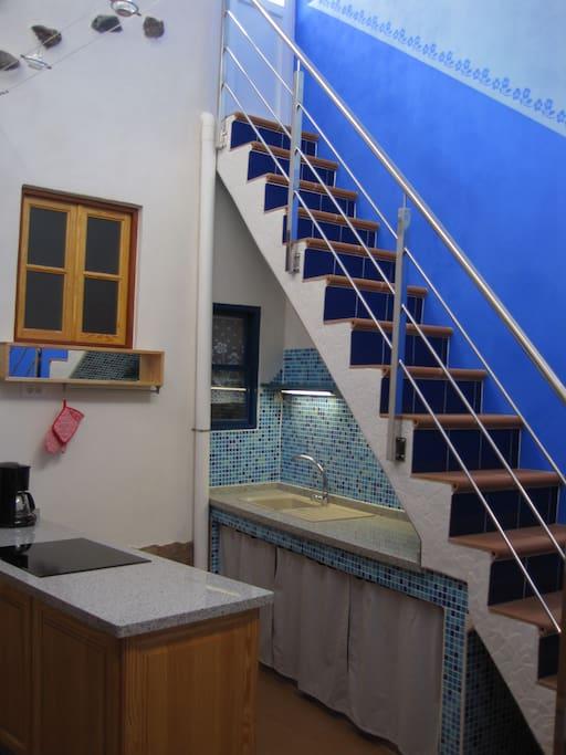 Küche und Treppe zur Dachterrasse