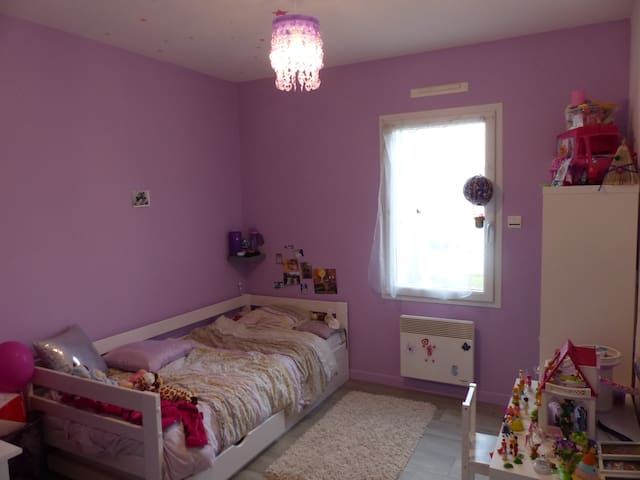 Chambre enfant avec lit pouvant se dédoubler