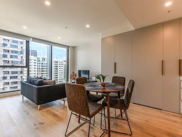 CBD Edge 1 Bedroom Apartment with View
