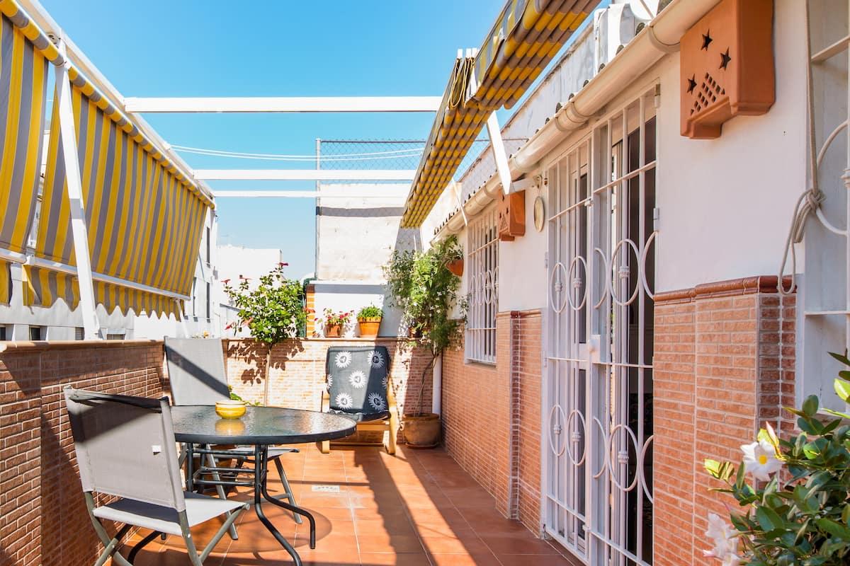 Ático luminoso y excepcionalmente limpio con terraza privada en Málaga centro.
