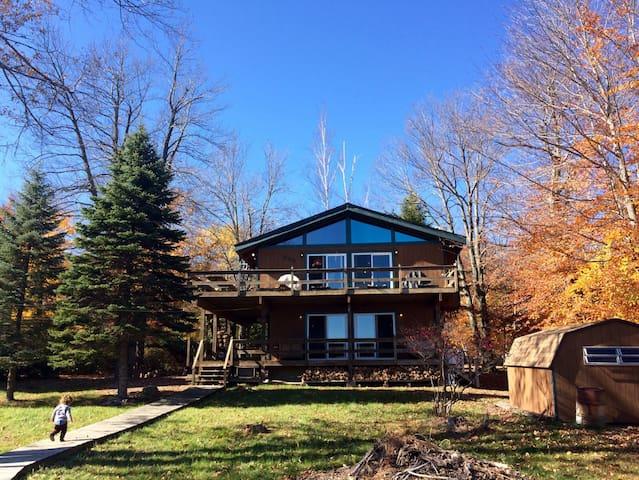 Charming Poconos lakefront cabin - Tobyhanna - House