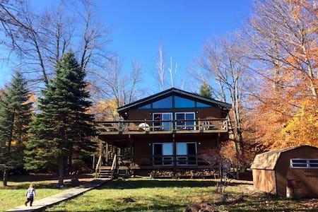Charming Poconos lakefront cabin - Tobyhanna - Casa