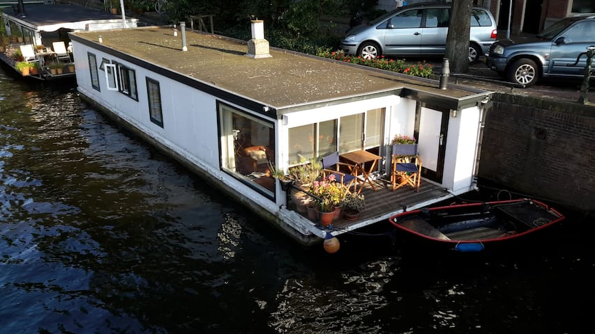 Amstel view houseboat in the centre