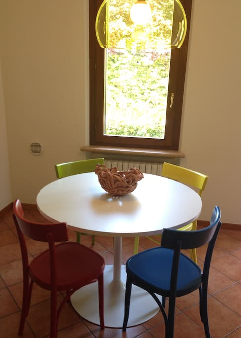 Angolo pranzo. Accessori Kartell. Centro tavola in ceramica by Ardini.
