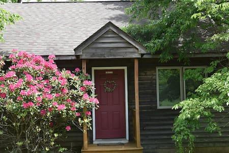 Cabin #7, Romantic Greatroom, Royal Oaks Retreat