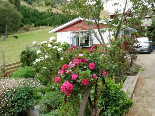 Roselle Farm Cottage on the Otago Peninsula