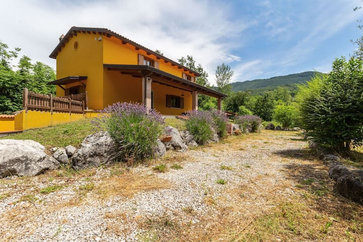 Cosy Holiday Home in Cusano Mutri with Private Garden