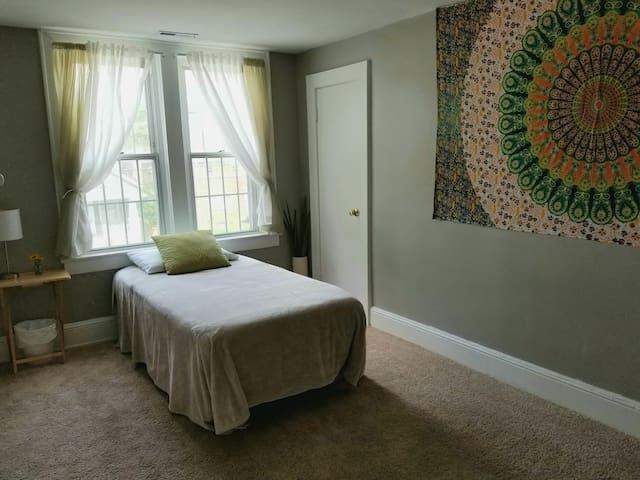 Clean & Cozy private room with easy access to D.C.