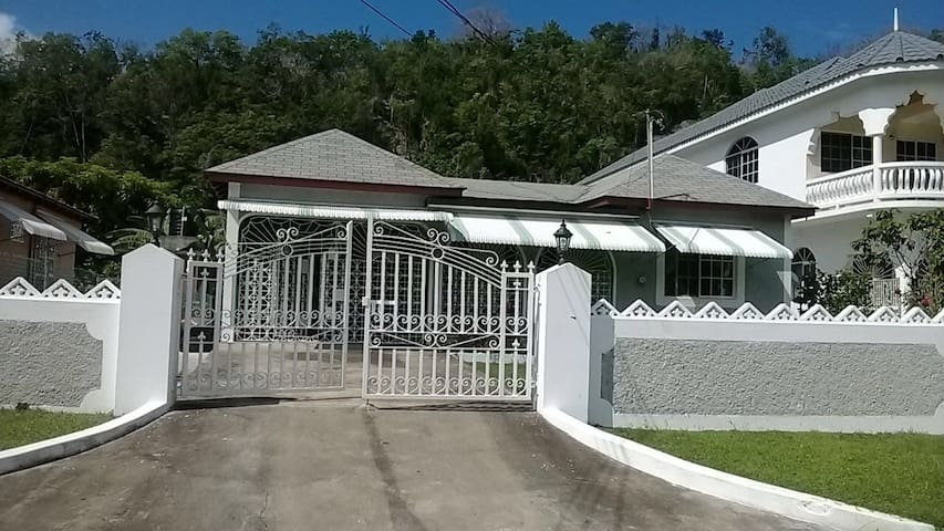 Home set in lush, tropical Jamaica! - Buff Bay - Apartamento