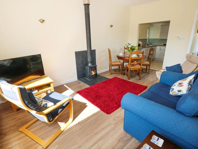 TY'R ARDD, pet friendly, with open fire in Pendine, Ref 984541