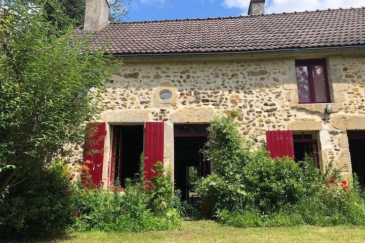 Très agréable maison ancienne, proche Guedelon