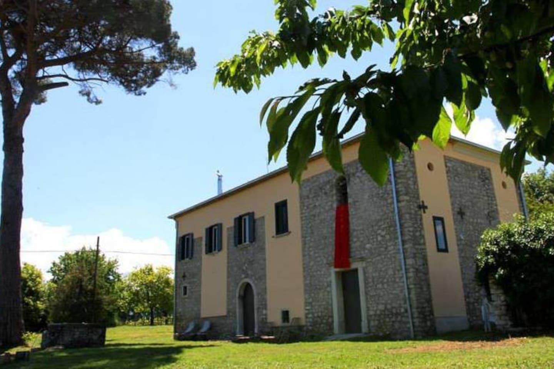 Il casale dall'esterno. The farmhouse from the outside