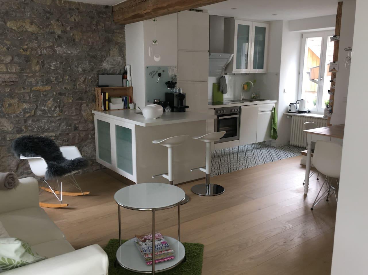 Wohnbereich mit offener Küche und Essecke, Vitra Möbel