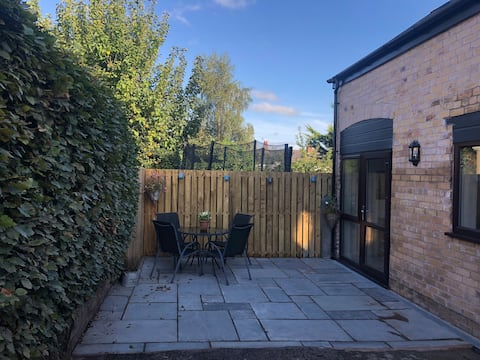 Refashioned 2 bed coach house, village nr Chester