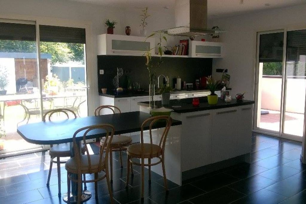Cuisine équipée comprenant un cellier. (réfrigérateur, congélateur, plaques à induction, lave vaisselle, four, micro- ondes...)