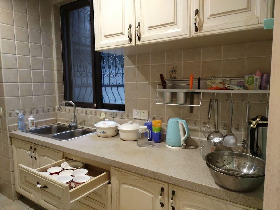 宽敞的厨房,可以简单小食。