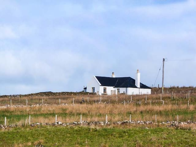 BOTHAN AONGHAIS, character holiday cottage in Uig, Ref 926369