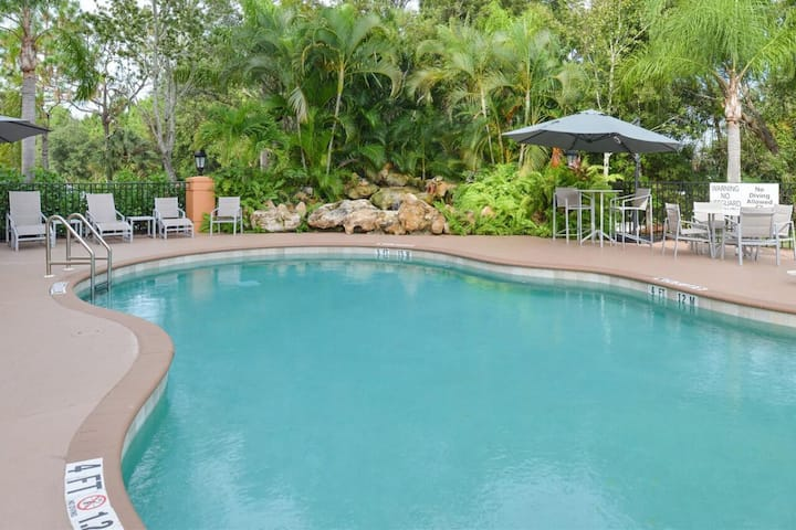 Short Drive to Beach! Comfy Unit, Pool, Breakfast