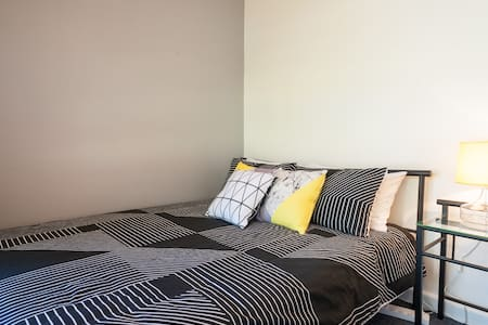 Cosy room, queen size bed neat unit - Bexley, New South Wales, AU - Flat