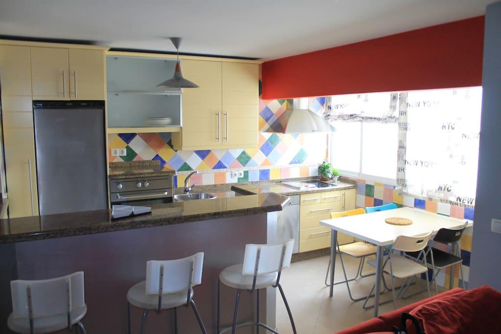 Cocina luminosa y colorida para reponer energias.