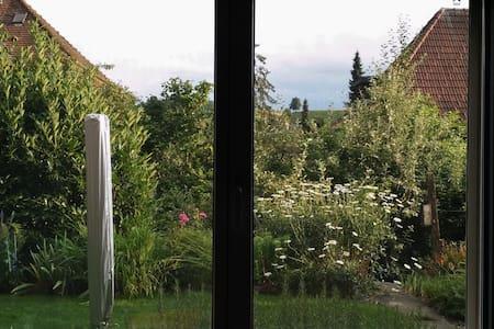 Zentral gelegenes Gästezimmer, grüner Umschwung - Huttwil - Bed & Breakfast