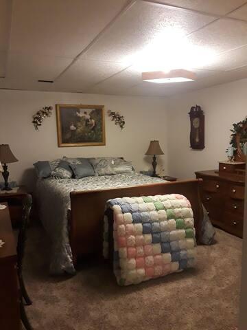 Bedroom/Queen Bed/Walk - in closet