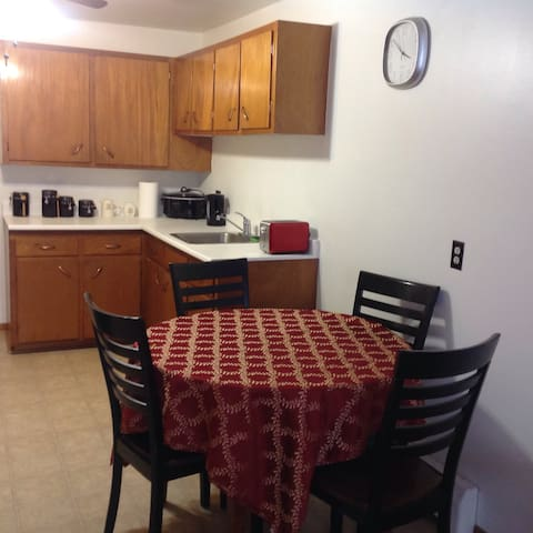 Specious Fully Furnished 2Bdrm Suite With Kitchen - Moncton - Apartamento com serviços incluídos