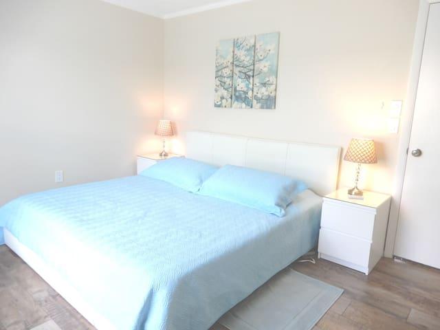 Schlafzimmer 1 mit Kingsize Bett ( 200 cm )
