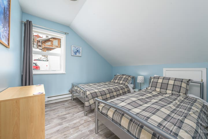 Fourth bedroom with two single beds.