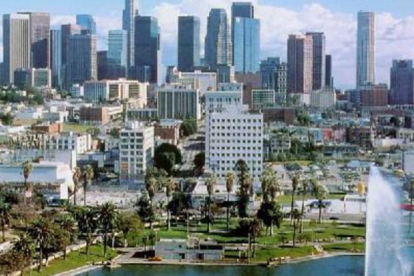 Welcome to Westlake, CA ~ home of MacArthur Park ☀️   -Photo is of the city/area & not taken from my apartment window.  But there are 2 awesome vantage point locations: 1.) From my kitchen window. 2.) From the fire escape, showcasing beautiful downtown Los Angeles.  (Actual view shown in my photos)
