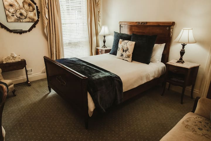 Luxury at Montfort Manor - Napoleon Suite