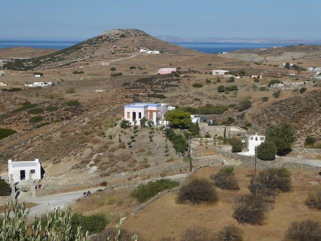 Le domaine, au fond Myconos