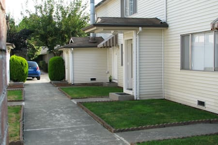 Pleasant 3 Beds 2 Bed Room & 1 BA APT in Issaquah
